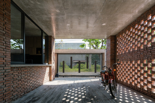Nhà gạch thô mộc ở Đà Nẵng nhìn sần sùi bên ngoài bỗng nổi bật trên báo ngoại - Ảnh 3.