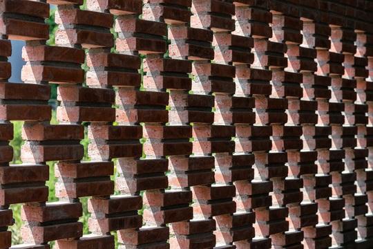 Nhà gạch thô mộc ở Đà Nẵng nhìn sần sùi bên ngoài bỗng nổi bật trên báo ngoại - Ảnh 8.