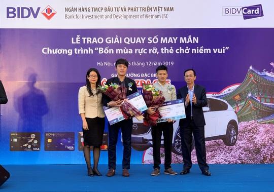 Khách hàng BIDV mở thẻ trúng ô tô Mazda CX5 trị giá 900 triệu đồng - Ảnh 2.