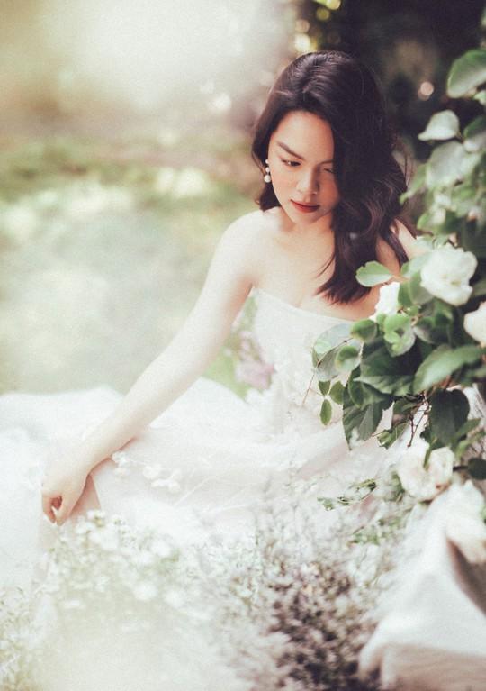 Rũ bỏ hình ảnh buồn bã, Phạm Quỳnh Anh khoe nhan sắc nàng tiên hoa đón xuân - Ảnh 9.