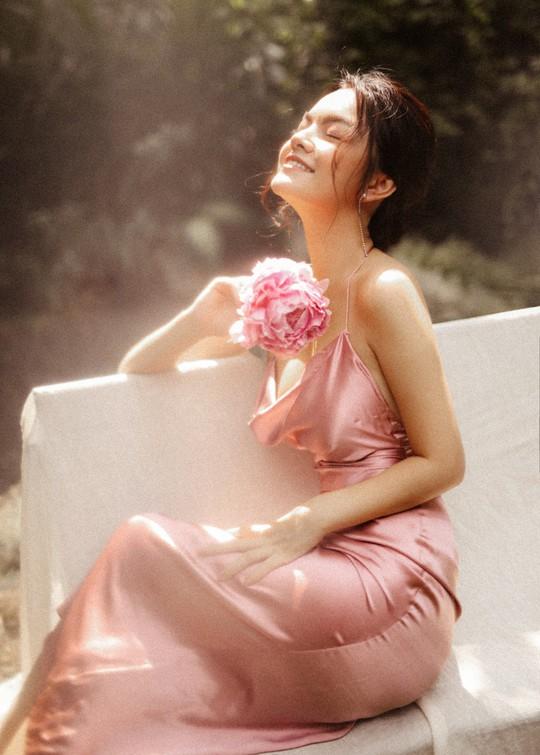 Rũ bỏ hình ảnh buồn bã, Phạm Quỳnh Anh khoe nhan sắc nàng tiên hoa đón xuân - Ảnh 3.
