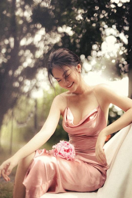 Rũ bỏ hình ảnh buồn bã, Phạm Quỳnh Anh khoe nhan sắc nàng tiên hoa đón xuân - Ảnh 1.