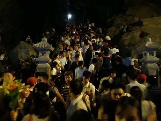 Hàng vạn người đổ về chùa Hương ngày khai hội - Ảnh 8.