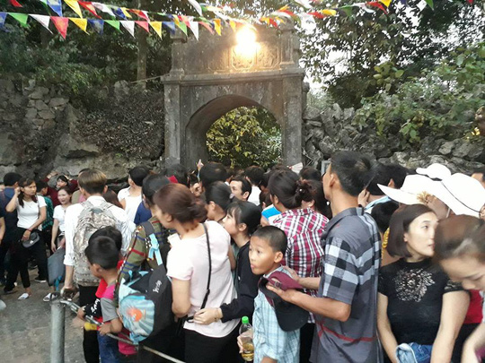 Hàng vạn người đổ về chùa Hương ngày khai hội - Ảnh 11.