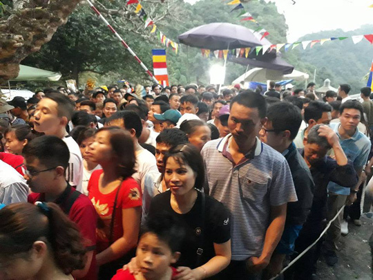 Hàng vạn người đổ về chùa Hương ngày khai hội - Ảnh 12.