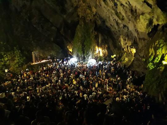 Hàng vạn người đổ về chùa Hương ngày khai hội - Ảnh 5.