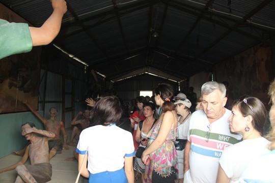 Đông nghẹt khách quốc tế tham quan Nhà tù Phú Quốc - Ảnh 3.