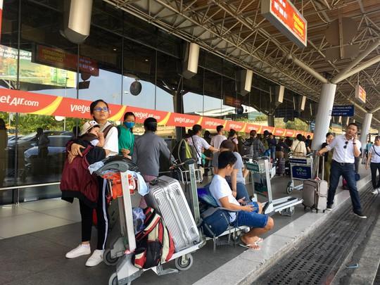 Mua vé nhưng không có tên, hành khách vạ vật ở sân bay - Ảnh 2.