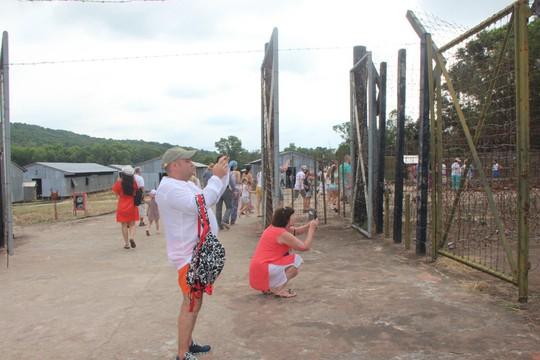 Đông nghẹt khách quốc tế tham quan Nhà tù Phú Quốc - Ảnh 1.