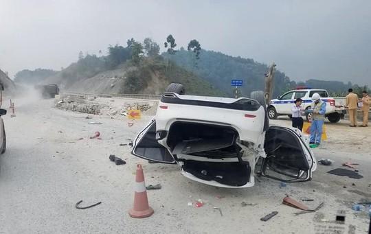 Xe Mazda 6 lật ngửa trên cao tốc Nội Bài-Lào Cai, 3 người bị thương - Ảnh 1.