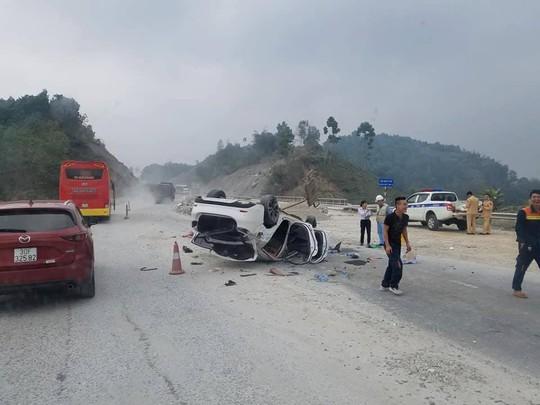Xe Mazda 6 lật ngửa trên cao tốc Nội Bài-Lào Cai, 3 người bị thương - Ảnh 2.