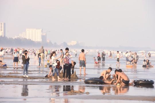 Biển Sầm Sơn sôi động ngày đầu năm - Ảnh 1.