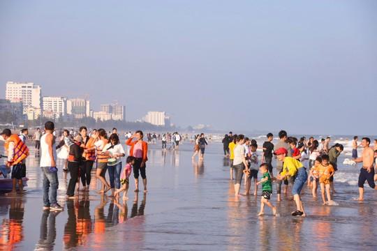 Biển Sầm Sơn sôi động ngày đầu năm - Ảnh 2.