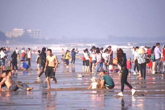 Biển Sầm Sơn sôi động ngày đầu năm - Ảnh 3.