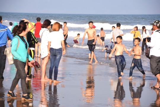 Biển Sầm Sơn sôi động ngày đầu năm - Ảnh 4.