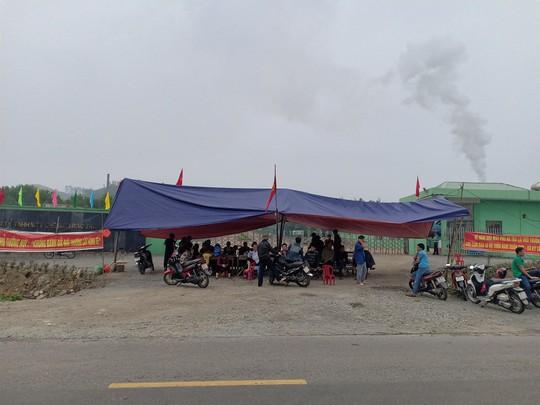 Nhà máy xử lý rác thải gây ô nhiễm, người dân dựng rạp chặn trước cổng - Ảnh 1.