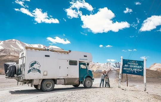 Gia đình 3 người vòng quanh thế giới 2 năm bằng xe tải - Ảnh 1.