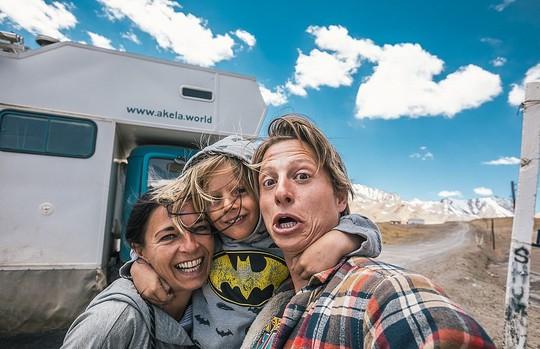 Gia đình 3 người vòng quanh thế giới 2 năm bằng xe tải - Ảnh 3.
