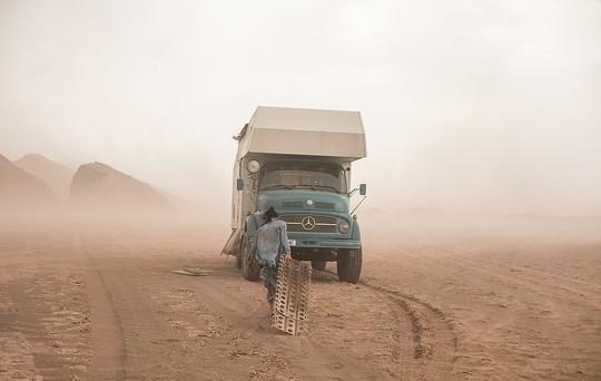 Gia đình 3 người vòng quanh thế giới 2 năm bằng xe tải - Ảnh 2.