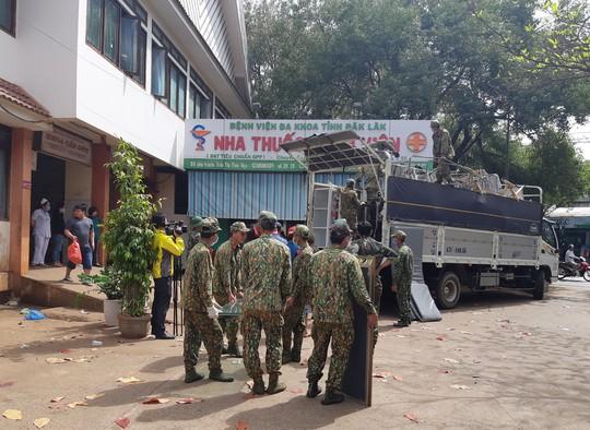 Hàng trăm bộ đội tham gia di dời Bệnh viện vùng Tây Nguyên - Ảnh 2.