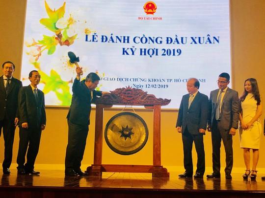 Chủ tịch UBND TP HCM Nguyễn Thành Phong đánh cồng khai xuân HOSE - Ảnh 1.