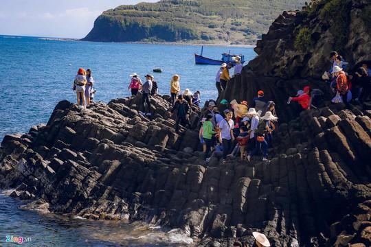 Gành Đá Đĩa thu hút đông đảo du khách dịp đầu năm - Ảnh 1.