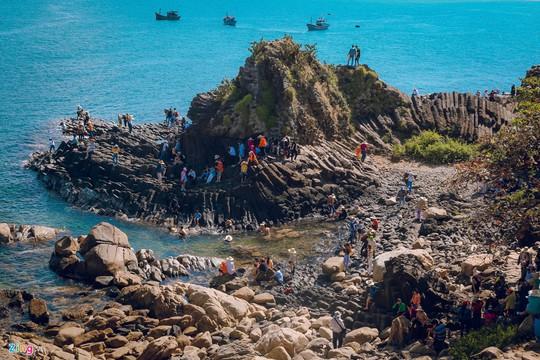 Gành Đá Đĩa thu hút đông đảo du khách dịp đầu năm - Ảnh 2.