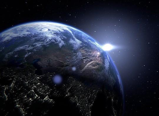 Vụ nổ ánh sáng bí ẩn trên vùng trời không mây của trái đất - Ảnh 1.