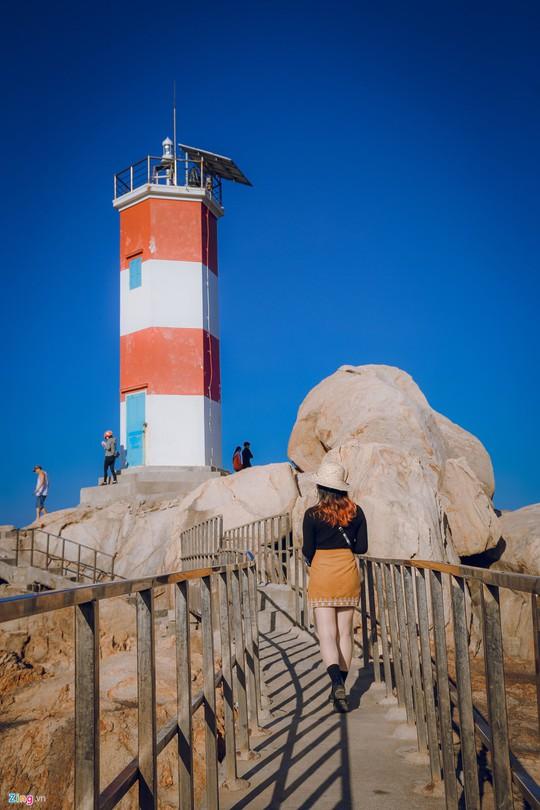 Gành Đá Đĩa thu hút đông đảo du khách dịp đầu năm - Ảnh 12.
