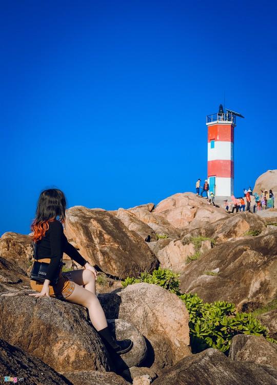 Gành Đá Đĩa thu hút đông đảo du khách dịp đầu năm - Ảnh 13.