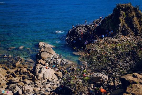 Gành Đá Đĩa thu hút đông đảo du khách dịp đầu năm - Ảnh 3.