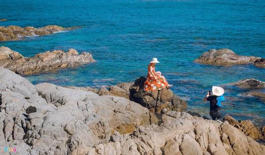 Gành Đá Đĩa thu hút đông đảo du khách dịp đầu năm - Ảnh 6.