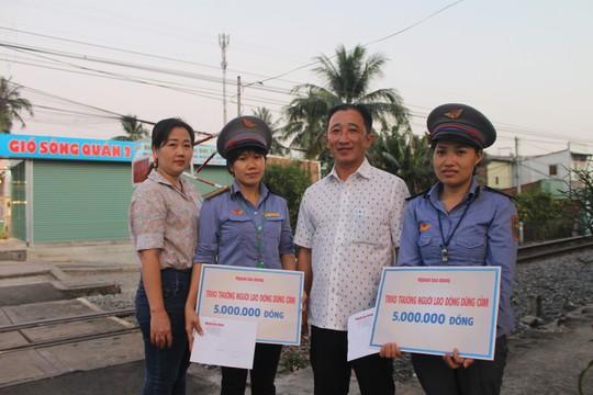 Báo Người Lao Động tặng quà 2 nữ nhân viên gác chắn cứu người - Ảnh 2.