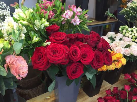 Chợ hoa Hồ Thị Kỷ đông nghẹt người trước ngày Valentine - Ảnh 13.