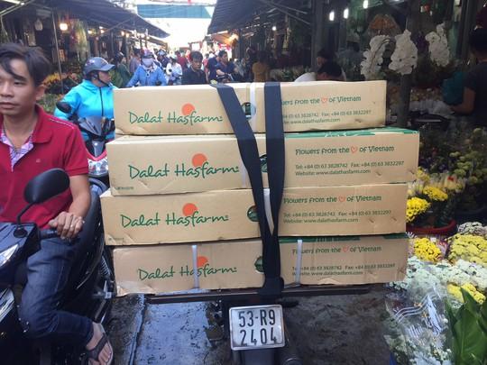 Chợ hoa Hồ Thị Kỷ đông nghẹt người trước ngày Valentine - Ảnh 1.