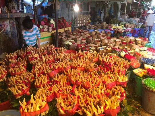 Chợ hoa Hồ Thị Kỷ đông nghẹt người trước ngày Valentine - Ảnh 6.