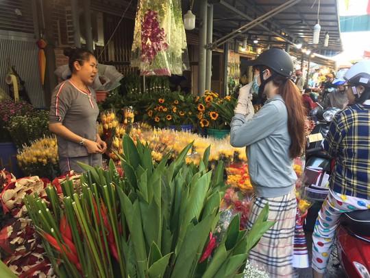 Chợ hoa Hồ Thị Kỷ đông nghẹt người trước ngày Valentine - Ảnh 8.