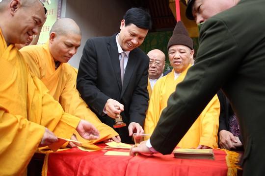Khai Hội Xuân Yên Tử, du khách chen chân xoa tiền vào chùa Đồng - Ảnh 2.