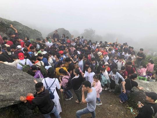 Khai Hội Xuân Yên Tử, du khách chen chân xoa tiền vào chùa Đồng - Ảnh 3.
