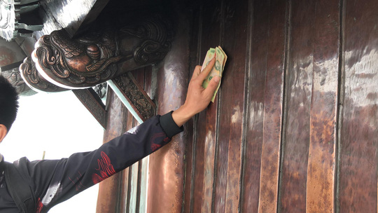 Khai Hội Xuân Yên Tử, du khách chen chân xoa tiền vào chùa Đồng - Ảnh 7.