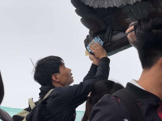 Khai Hội Xuân Yên Tử, du khách chen chân xoa tiền vào chùa Đồng - Ảnh 8.