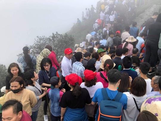 Khai Hội Xuân Yên Tử, du khách chen chân xoa tiền vào chùa Đồng - Ảnh 1.