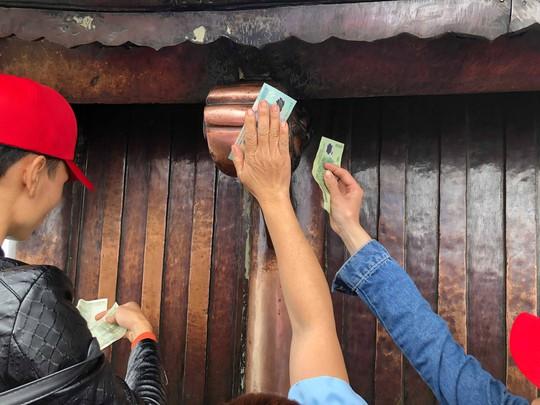 Khai Hội Xuân Yên Tử, du khách chen chân xoa tiền vào chùa Đồng - Ảnh 9.