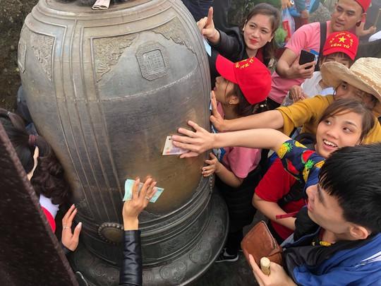 Khai Hội Xuân Yên Tử, du khách chen chân xoa tiền vào chùa Đồng - Ảnh 11.
