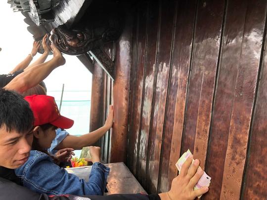 Khai Hội Xuân Yên Tử, du khách chen chân xoa tiền vào chùa Đồng - Ảnh 12.