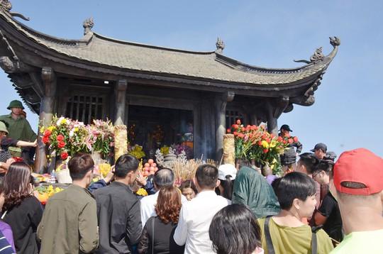 Khai Hội Xuân Yên Tử, du khách chen chân xoa tiền vào chùa Đồng - Ảnh 4.