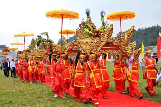 Khai Hội Xuân Yên Tử, du khách chen chân xoa tiền vào chùa Đồng - Ảnh 6.
