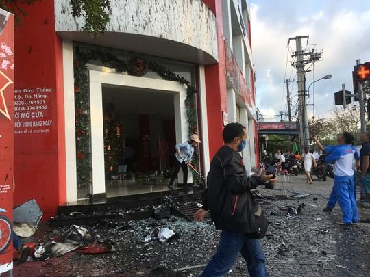 Cháy ở cửa hàng xe máy, nhân viên chạy tán loạn - Ảnh 2.