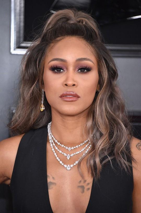 10 phong cách trang điểm đẹp nhất tại Grammy Awards 2019 - Ảnh 8.