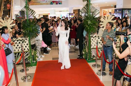 Ngọc Trinh và Diệu Nhi duyên dáng với đầm cô dâu - Ảnh 1.